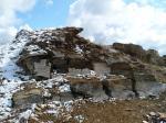 Припорошенные тающим снегом известняковые камни