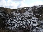Засыпанный редким снегом склон Гребеней